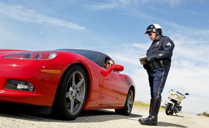 Нужно ли выходить из машины к инспектору и садиться в машину ДПС?