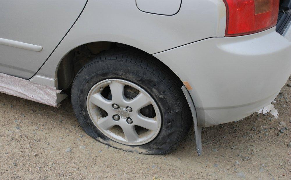 пробитые два колеса у машины